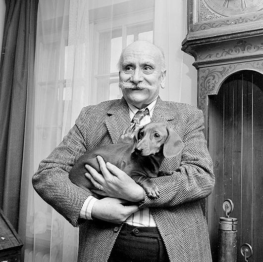 Antoni Uniechowski, ilustrator, grafik widok ilustracja historia historyczne portret artysta pies jamnik psy zwierzeta wąsy